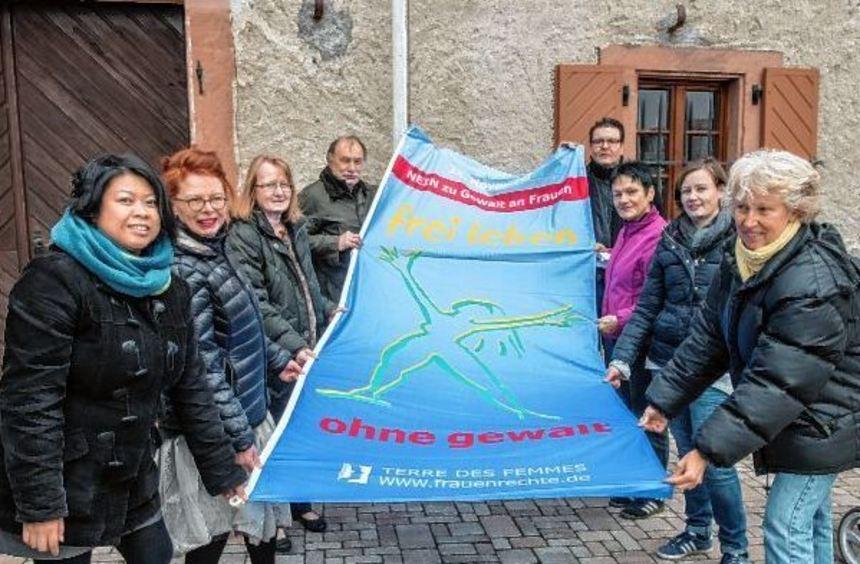 """Am Lindenfelser Rathaus weht seit gestern die """"Flagge gegen Gewalt an Frauen""""."""