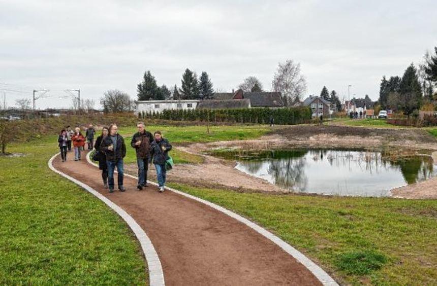 Zum Spaziergang auf den fertig gestellten Wegen der Chausseeallee hatte die Stadt alle ...