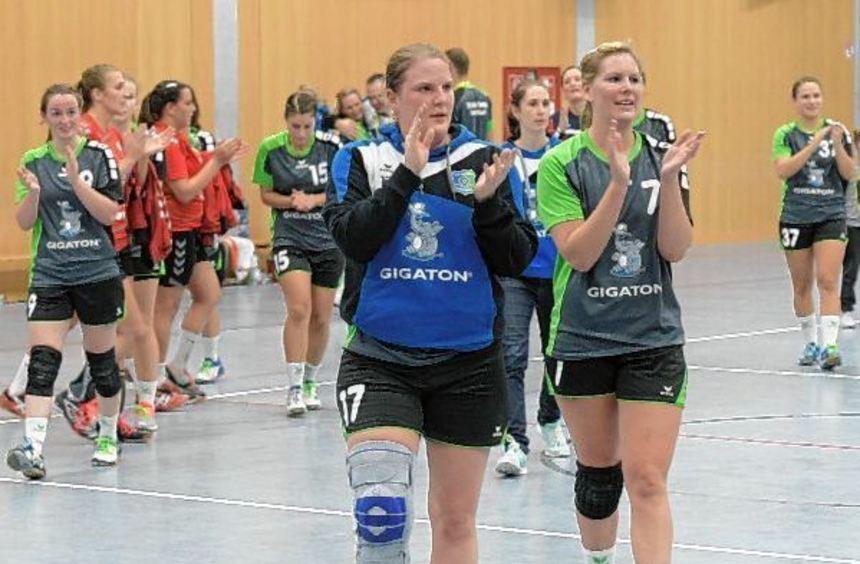 Patricia Scheidel und Stefanie Osada (vorne von links) wollen den Viernheimer Fans wieder einen ...