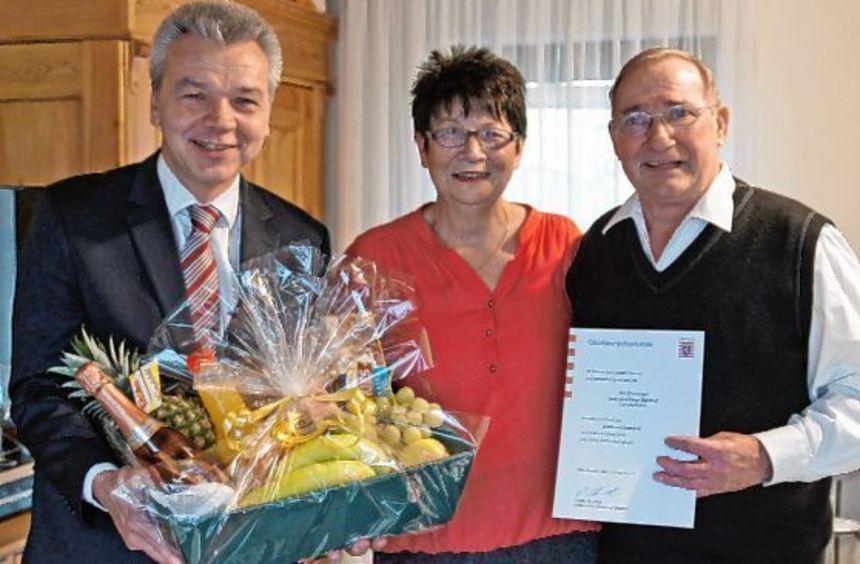 """""""Wie haben Sie das nur hinbekommen?"""", fragte Bürgermeister Gottfried Störmer (rechts). Er hat Jula ..."""