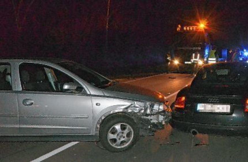 Am Stauende legte eine Opel-Fahrerin eine Vollbremsung hin, prallte aber trotzdem gegen den vor ihr ...