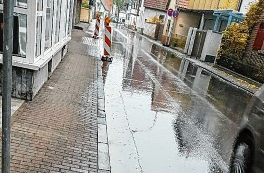 Die Entwässerung der Ludwigstraße funktioniert immer noch nicht. Die Firma darf erneut nachbessern.