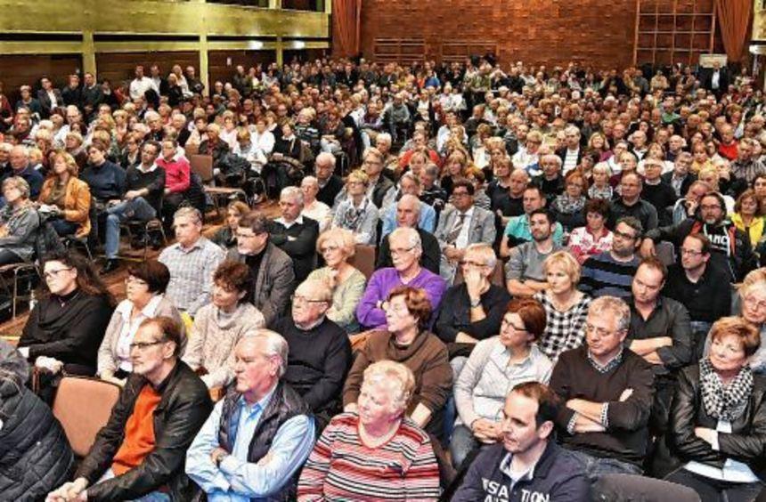 Alle Sitzplätze waren schnell belegt, viele Besucher verfolgten das über zweistündige Wahlforum ...