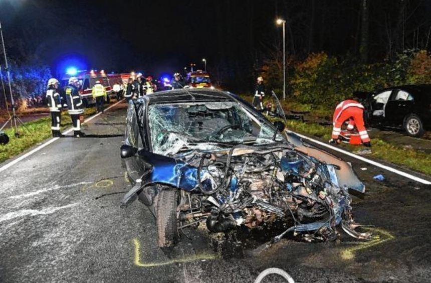 Die beteiligten Autos wurden durch den Aufprall stark beschädigt.