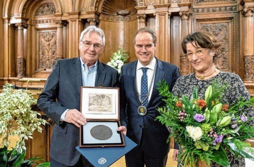 Jakob Köllhofer (l.) erhielt von Oberbürgermeister Eckart Würzner die Bürgermedaille der Stadt. ...