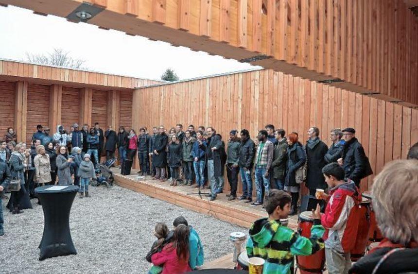Studenten, Flüchtlinge und viele offizielle Vertreter waren bei der Eröffnung des Pavillons mit ...
