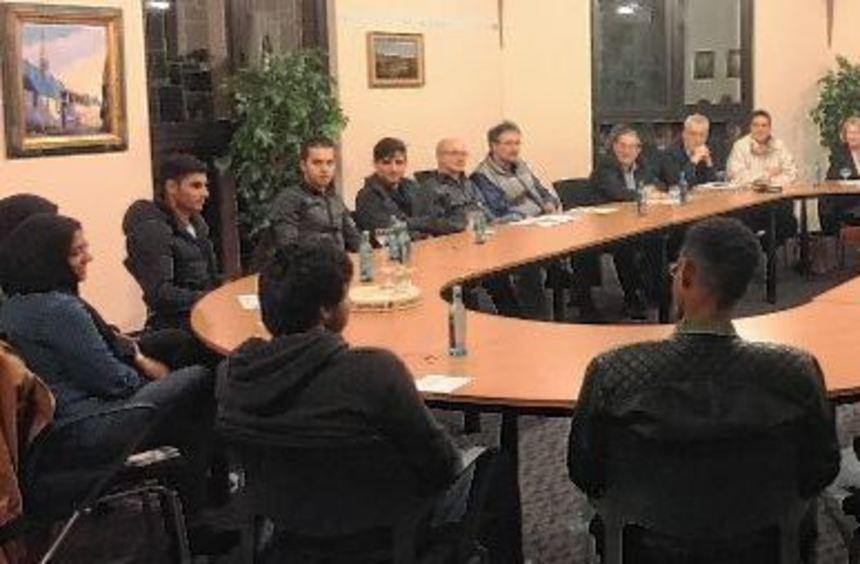 Junge Flüchtlinge nahmen an einer Gesprächsrunde mit dem Ausländerbeirat und Kommunalpolitikern ...