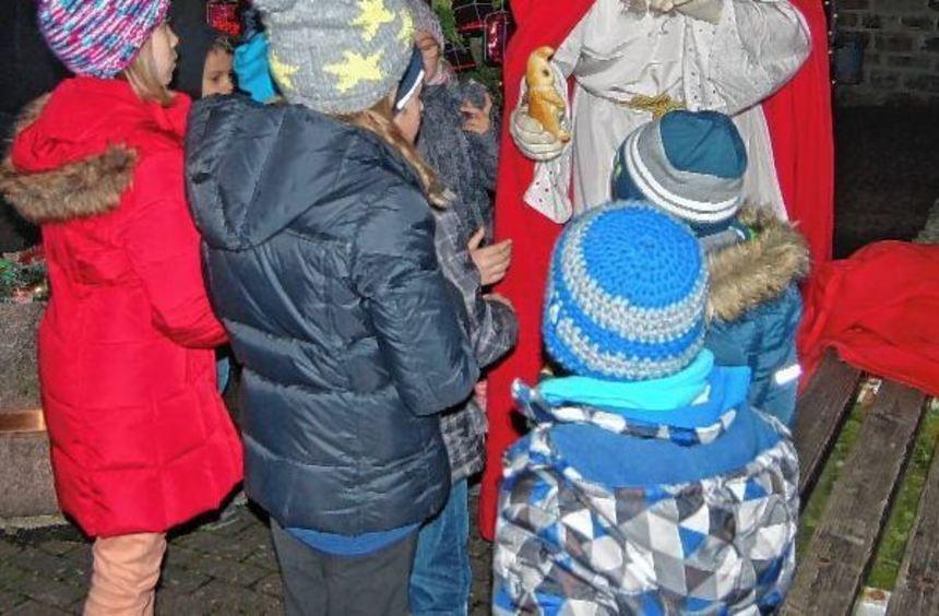 Ein gern gesehener Gast auf dem Weihnachtsmarkt in Waldenhausen war der Nikolaus.