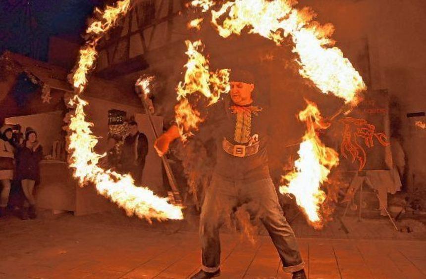 """""""Feuerspeien"""" und """"Feuertanz"""" gab es beim Auftritt der """"Kerbers"""" vor dem Röttinger Rathaus."""