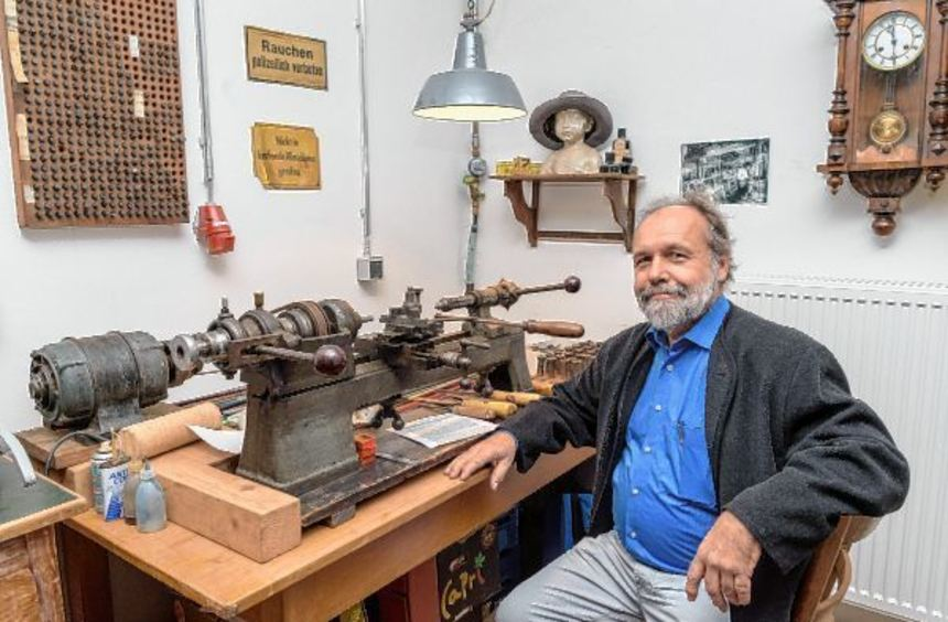 Thomas Neureither hat mit seiner Sammlung den Grundstock fürs Museum gelegt. An dieser Maschine ...