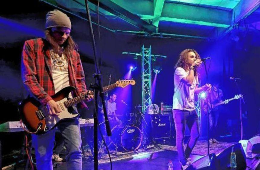 Schon bei der Band Punchcream mit Robin Walch (Bass), Cedric Mohr (Schlagzeug) und Frontmann Lukas ...