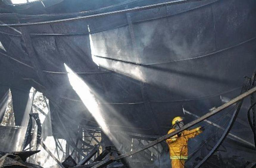 Ein Feuerwehrmann untersucht ein ausgebranntes Gebäude in Beit Meir. Insgesamt wird der finanzielle ...