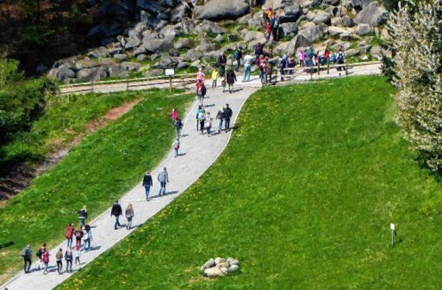 Besonders in den Schulferien und an den Wochenenden zieht es die Menschen an das Felsenmeer in ...