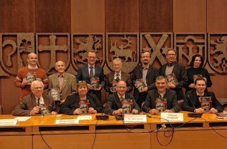 Bürgermeister Hansjörg Höfer (stehend 3.v.l.) und Archivar Dirk Hecht (sitzend, Mitte) mit den ...