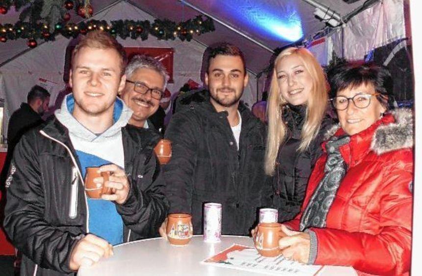 Gut gelaunte Gäste in der Blaulicht-Hütte der Feuerwehr auf dem Heddesheimer Weihnachtsmarkt: ...