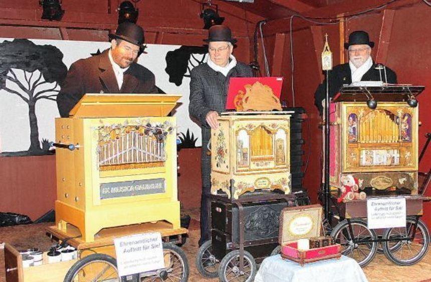 Sie bieten ein buntes Musikprogramm auf dem Weihnachtsmarkt (v.l.): die Kurpfälzer Drehorgelspieler ...