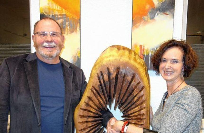 """Kunst zum Durchgreifen hat Bernhard Hossner (links) mit seinem Werk """"Upps"""" geschaffen. Von Cornelia ..."""