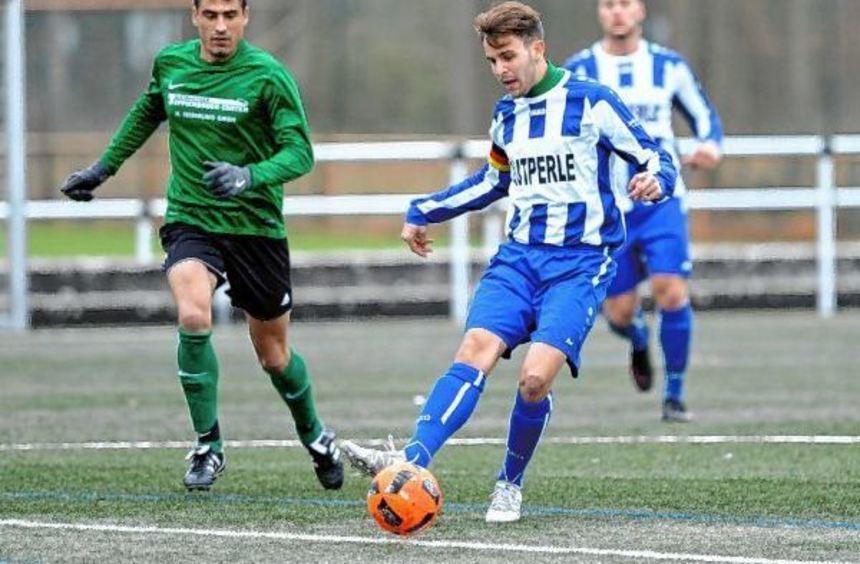 Jörg Scheidel vom TSV A. Viernheim II (linkes Bild) sorgte mit einem Foulelfmeter für den ...