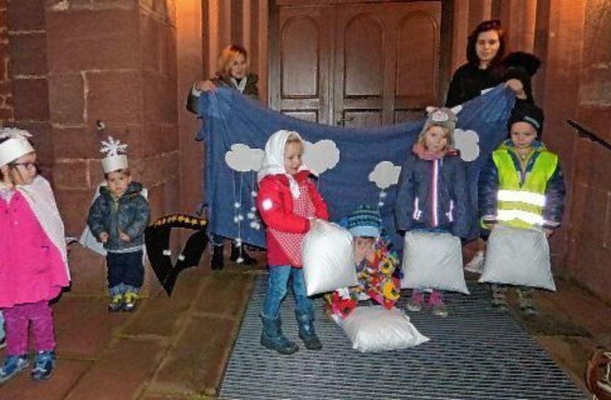 Mit einem Singspiel stimmten die Kinder beim Christbaumeinläuten in Bettingen auf den Advent ein.