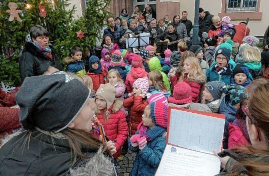 Kinder aller Bibliser Tagesstätten sangen zur Eröffnung des Bibliser Weihnachtsmarktes.