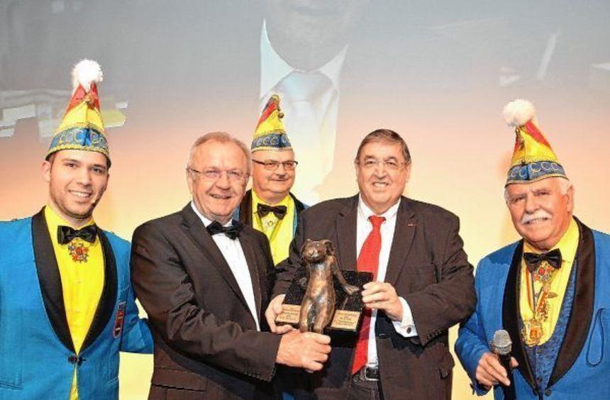 Sitzungspräsident Jens Schneider (links) und Ehrensitzungspräsident Walter F. Bilke (rechts) freuen ...