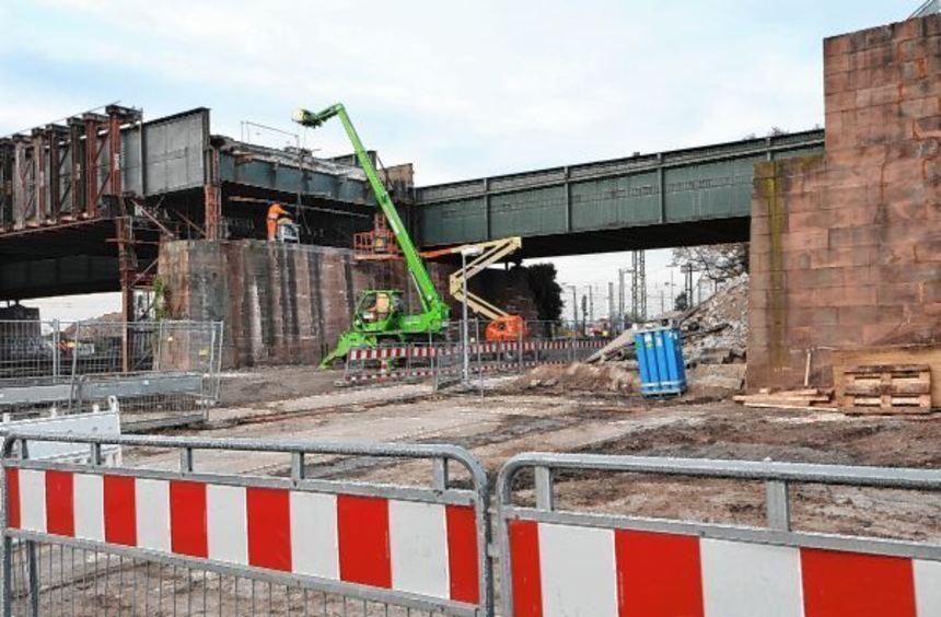 Die Sockel der Brücke bei Mannheim-Friedrichsfeld sollen abgerissen werden. Ab Mittwoch ist die ...