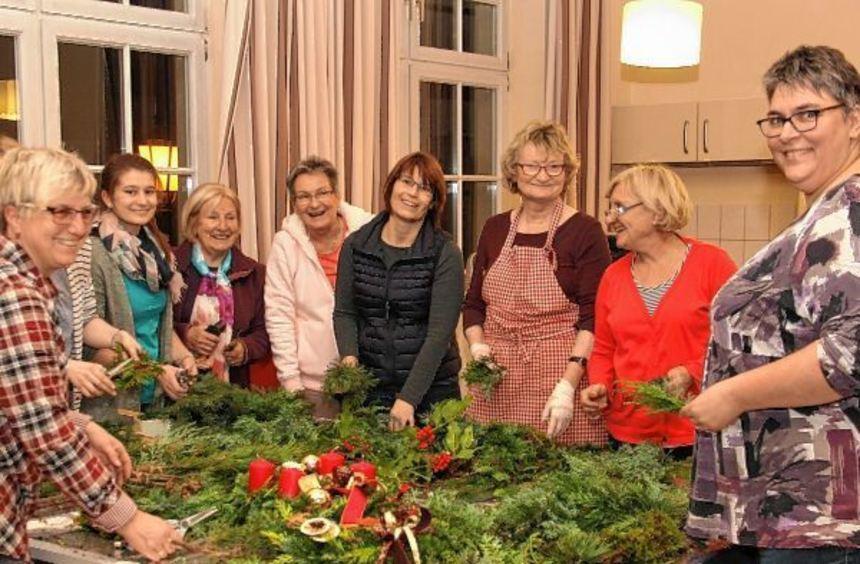 Gut gelaunt binden die Landfrauen unter Anleitung von Hannelore Sternberger (Dritte von rechts) ...