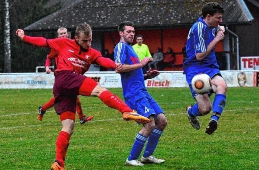 Dank eines fulminanten Schlussspurts ging der TSV Assamstadt (in roten Trikots) im Punktspiel der ...