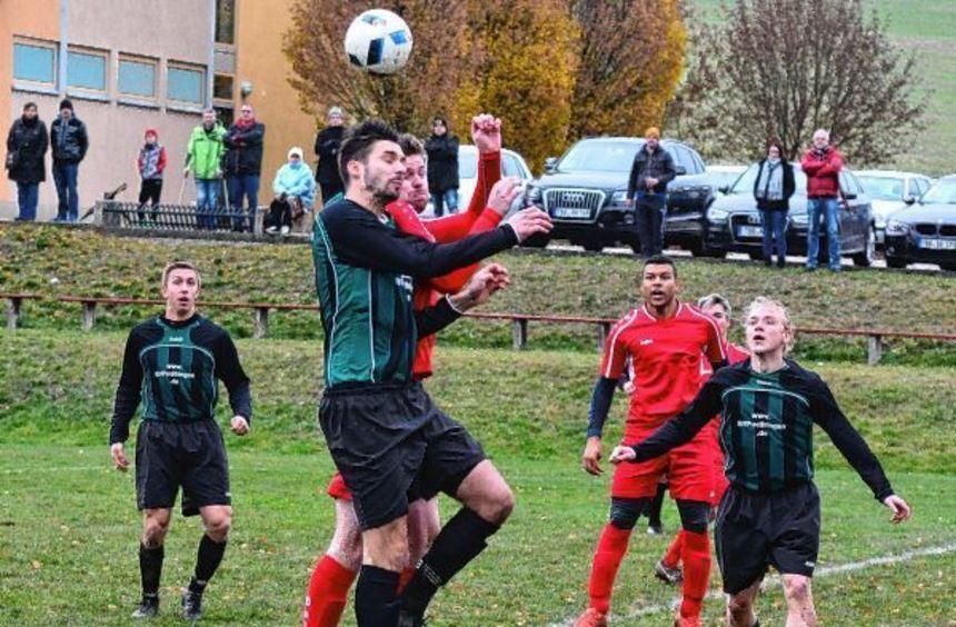Die SG Unterschüpf/Kupprichhausen (in roten Trikots) setzte sich gestern auch beim SV Pülfringen ...