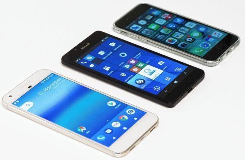 Qual der Wahl: Android (links) ist am weitesten verbreitet, Windows 10 Mobile (Mitte) am wenigsten. ...