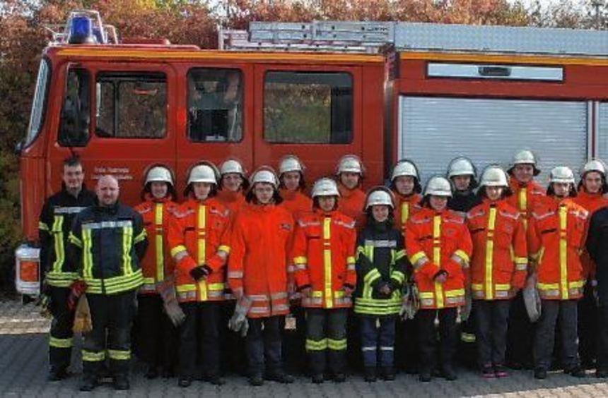 16 junge Feuerwehrleute aus Lauda-Königshofen und Grünsfeld absolvierten in Lauda den ...