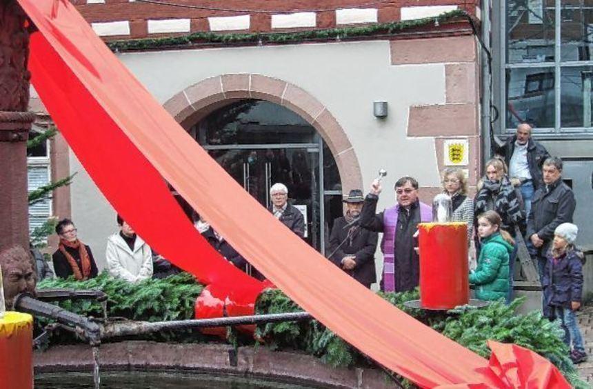 Pfarrer Joachim Seraphin beim Segnen des größten Adventskranzes im Main-Tauber-Kreis auf dem ...