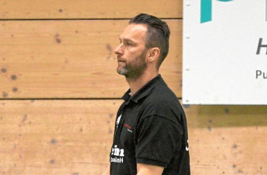Ausgespielt: Die Spieler der SG Heddesheim stellten sich gegen ihren Trainer Peter Jano. Ein ...