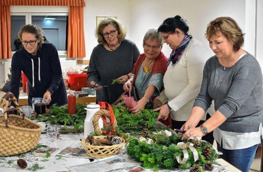 Immer vor dem Advent lädt der Heimat- und Verschönerungsverein in Erbach zum Kränzebinden ein.