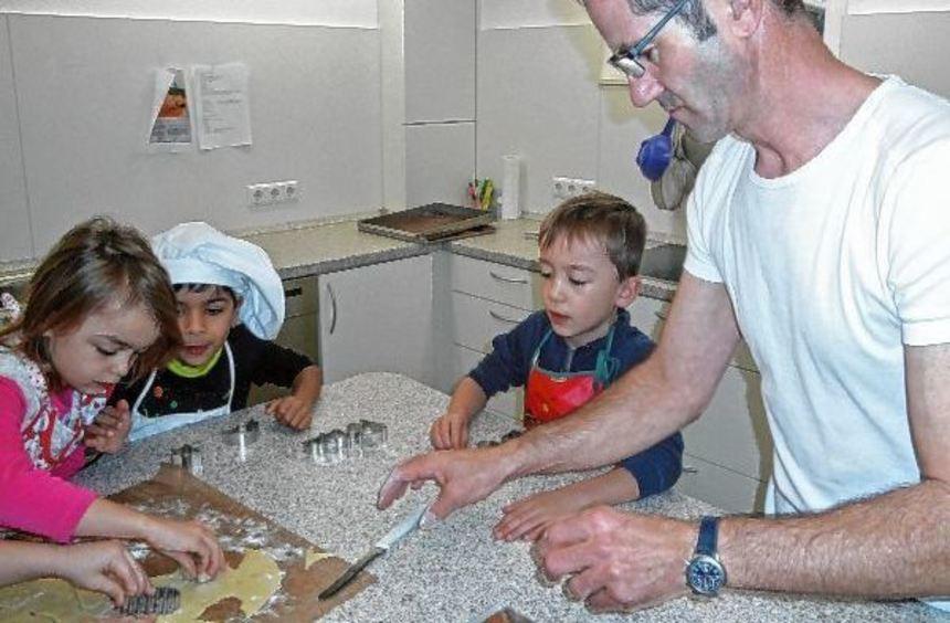 Die Kindergartenkinder Röttbach besuchten Konditor Stefan Kohrmann, mit dem sie leckere ...