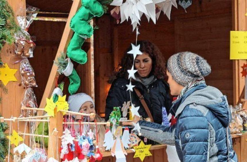 Groß und abwechslungsreich war das Angebot beim Dertinger Weihnachtsmarkt, der erstmals im Freien ...