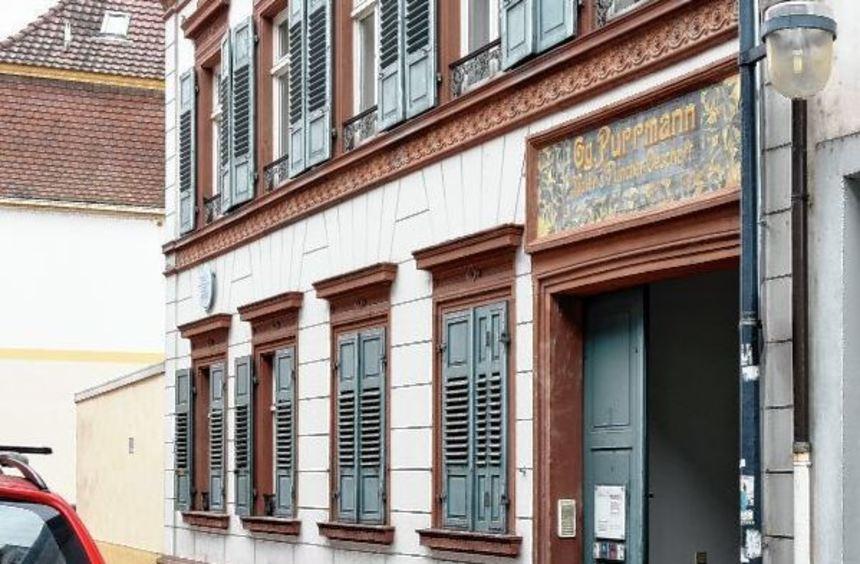 Das Schild über dem Eingang leuchtet wieder: Die Investitionen der Sponsoren haben sich sich ...