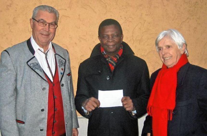 Übergabe der Spende von Resi Bokmeier (rechts) an Dr. Simon Kofi Appiah (Mitte) im Beisein von ...