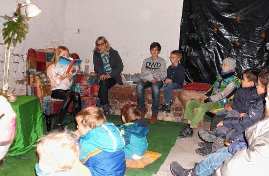 Kinderprogramm auf dem Heddesheimer Weihnachtsmarkt: Annika liest vor großen Publikum die ...