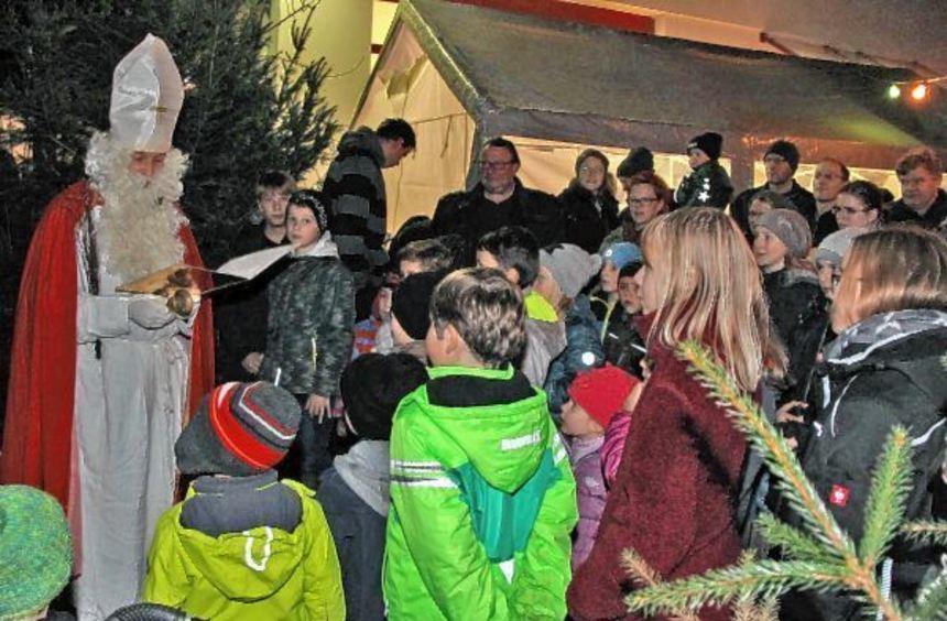 Mit Spannung wurde beim Weihnachtsmarkt in Oberwittstadt die Ankunft des Weihnachtsmanns erwartet.
