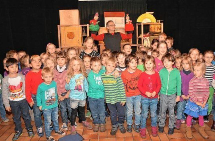 Mario Klimek begeistert die Kindergartenkinder mit seinen Handpuppen. Nach der Vorstellung dürfen ...