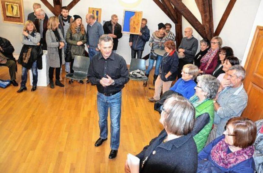 Kunstverein-Vorsitzender Bernd Gerstner (M.) konnte zur letzten Ausstellung in diesem Jahr im Alten ...