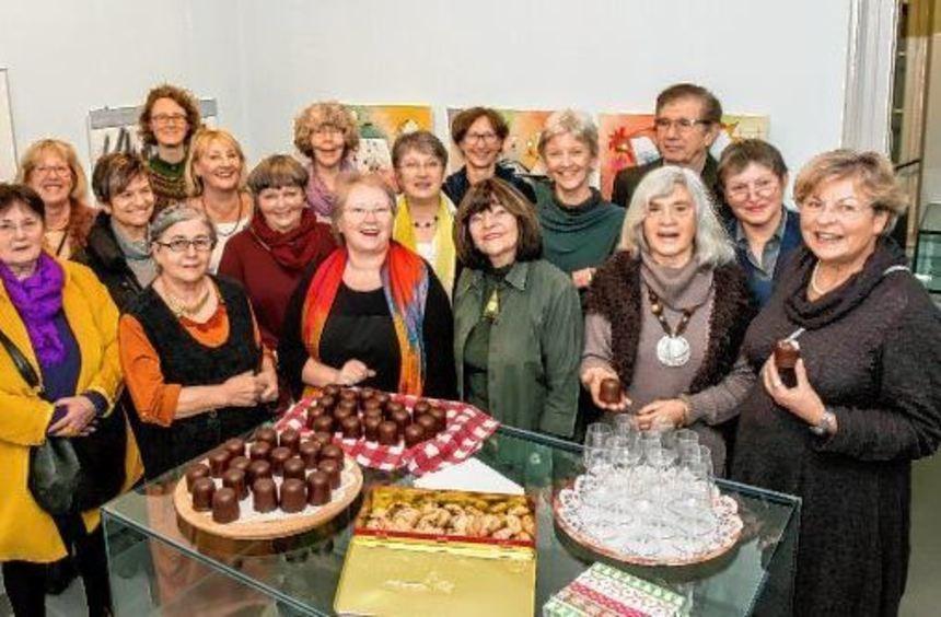 22 Akteure der Kunstabteilung des Auerbacher Kur- und Verkehrsvereins laden im Damenbau des ...
