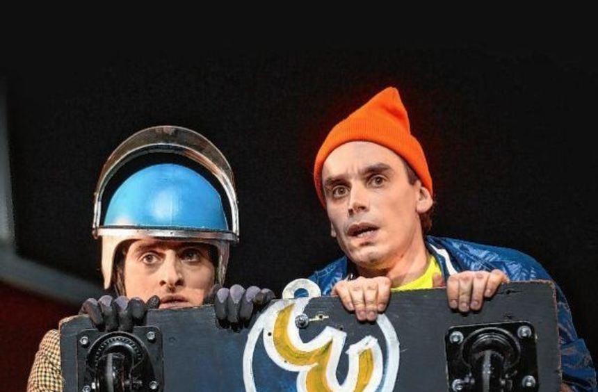 Hoch- und Tiefbegabung stehen fest beisammen: Oskar (Baris Tangobay, links) und Rico (Sebastian ...