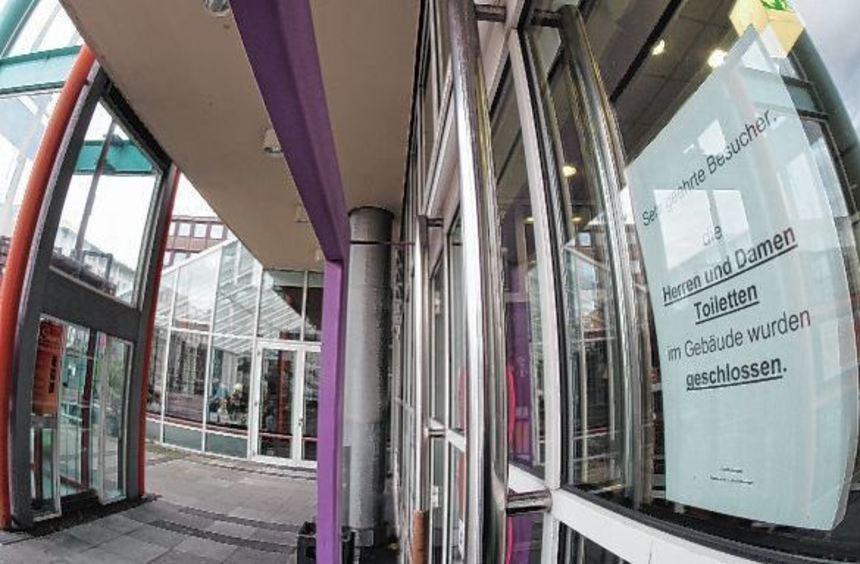 Die Schließung der öffentlichen Toilette im Stadthaus hat viele Besucher des Gebäudes verärgert. ...