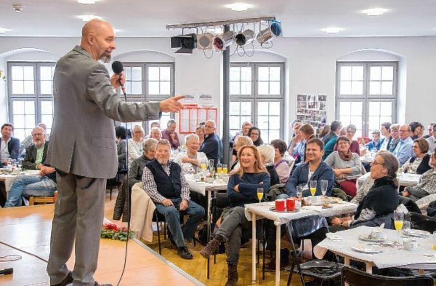 Arnim Töpel (links) forderte bei seinem Auftritt in der Stadtbibliothek die Zuschauer auf ...