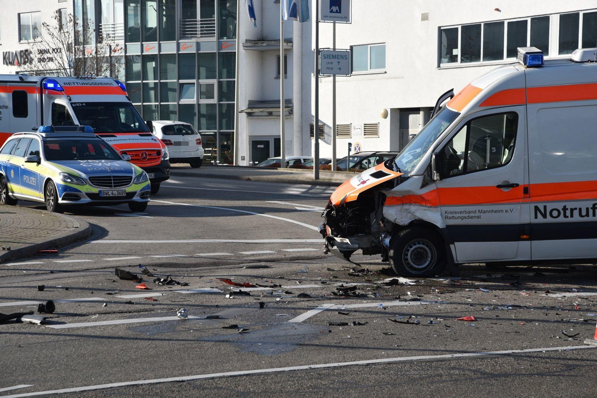mannheim auto kollidiert mit rettungswagen fotostrecken