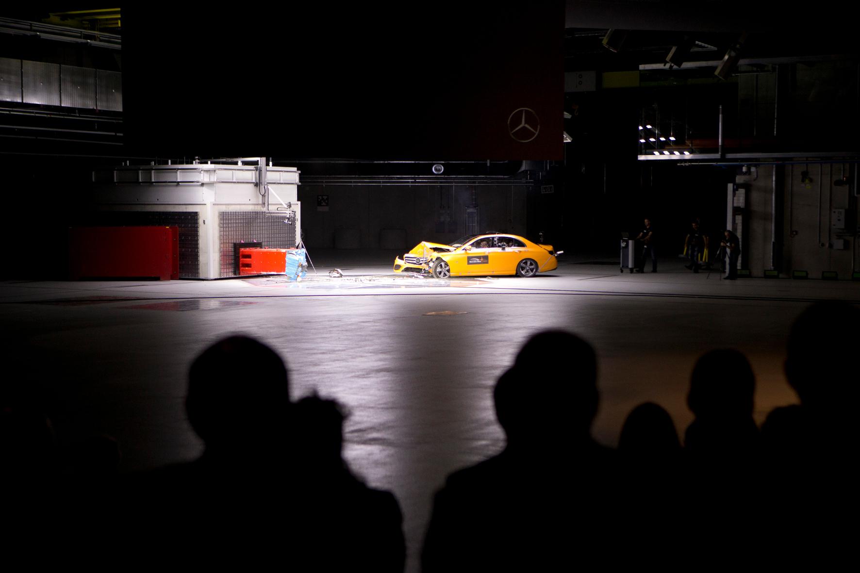 mid Groß-Gerau - Zur Eröffnung des neuen Crashtest-Zentrums in Sindelfingen lässt es Mercedes ordentlich krachen. Unter den Augen von Ministerpräsident Winfried Kretschmann fährt eine E-Klasse vor die Wand.
