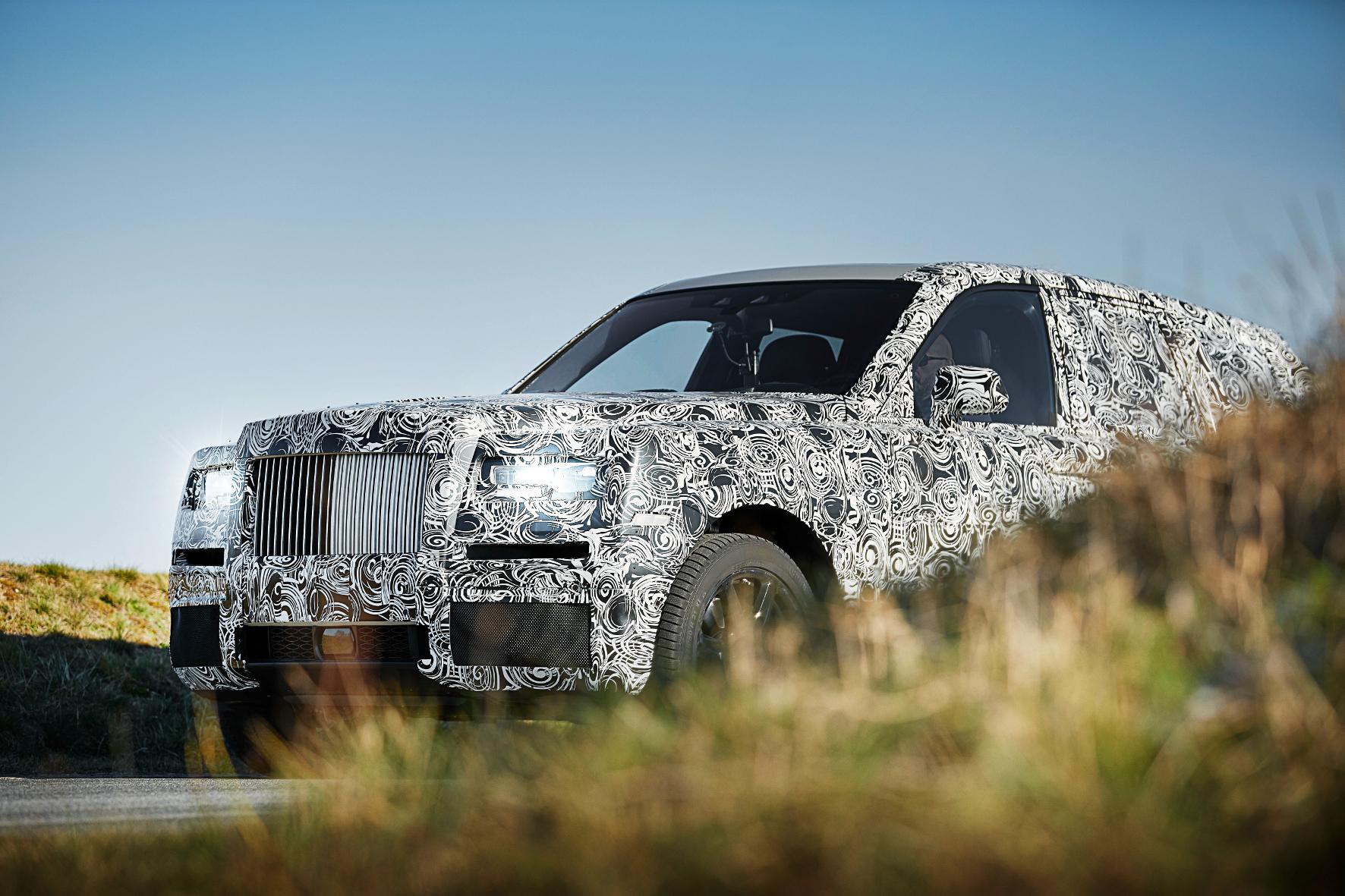 mid Groß-Gerau - Wer kommt denn da im Tarnanzug aus dem Gebüsch? Das ist der neue Rolls-Royce Cullinan. Die Briten zeigen jetzt erste Bilder des Luxus-SUV.