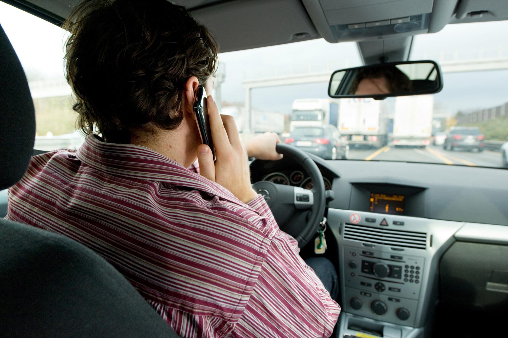 mid Groß-Gerau - Wer während der Autofahrt mit dem Handy telefoniert oder Nachrichten in sein Smartphone tippt, ist eine tödliche Gefahr - für sich und alle anderen Verkehrsteilnehmer.
